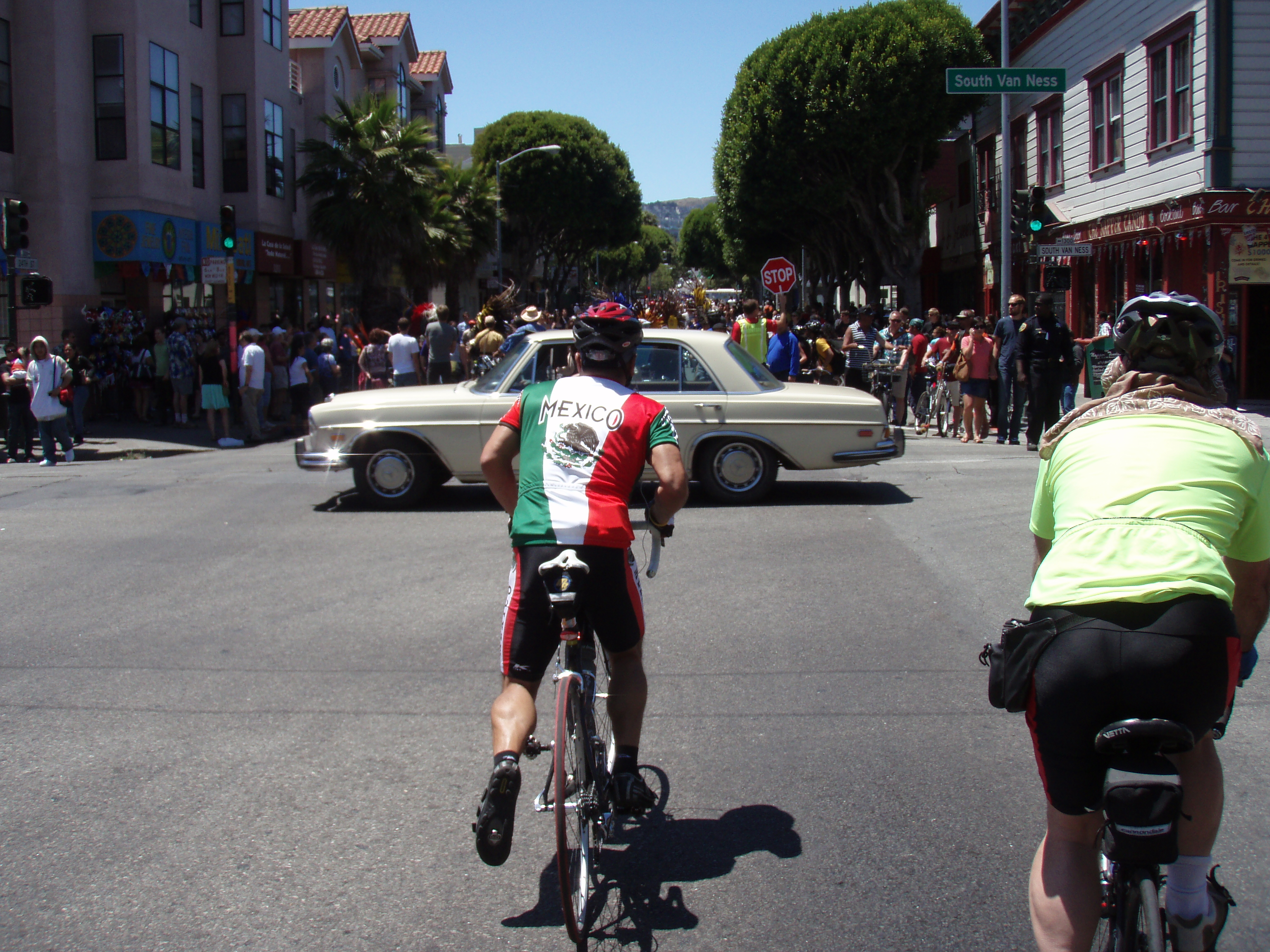 One cyclist had the style and swagger of a champion.  If he showed up to <i>any</i> alleycat or Soil Saloon with his full Mexico kit, he'd receive an honorary award just for being a complete badass.